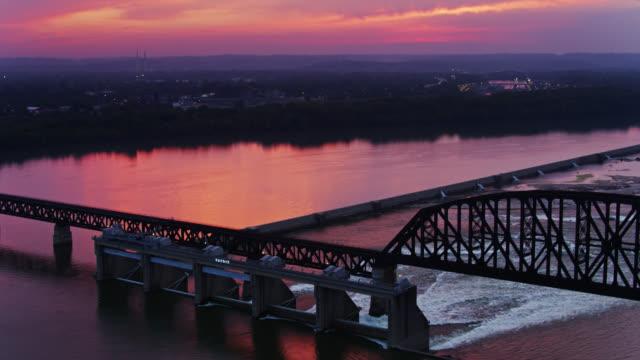 vidéos et rushes de vol de drone au-dessus des chutes de l'ohio au coucher du soleil - rivière ohio