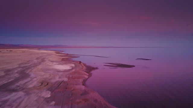 vídeos de stock e filmes b-roll de drone flight over the salton sea during purple twilight - purple