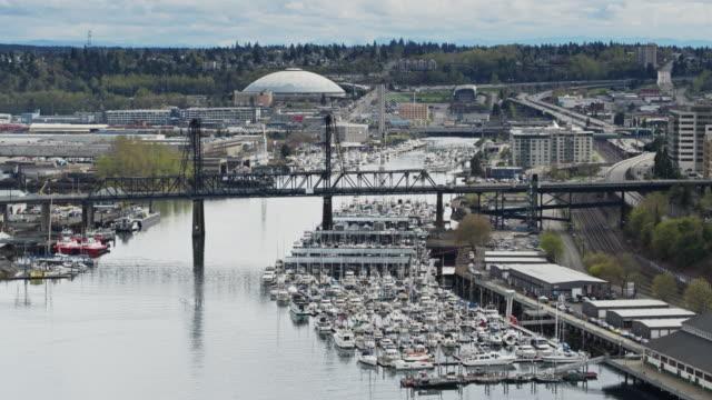 drönarflygning över thea foss waterway, downtown tacoma - norra stilla havet bildbanksvideor och videomaterial från bakom kulisserna
