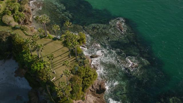 drone flight over waves crashing against twin points in laguna beach - laguna beach california stock videos & royalty-free footage