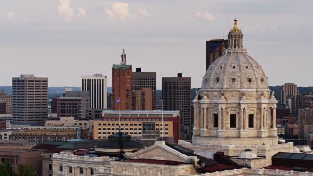 vidéos et rushes de drone flight past minnesota state capitol dome - minnesota