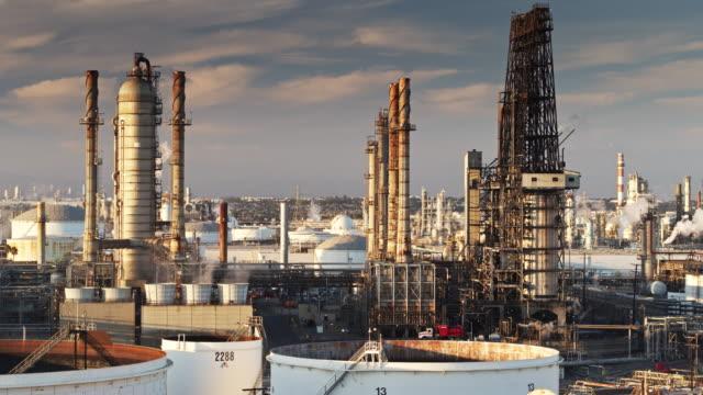 vídeos de stock e filmes b-roll de drone flight past refinery chimneys - wilmington cidade de los angeles