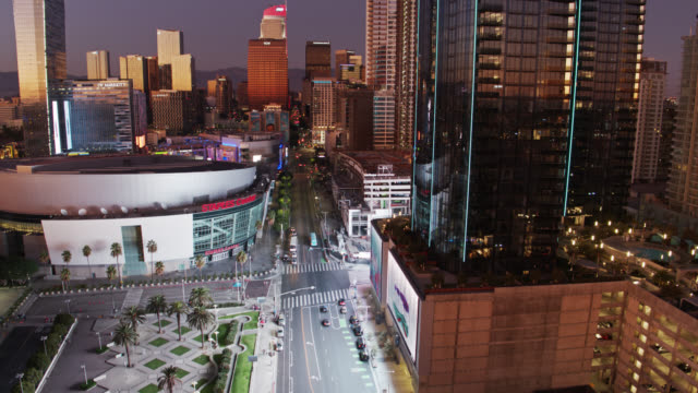 vídeos de stock e filmes b-roll de drone flight past south park apartment buildings near staples center - microsoft theater los angeles