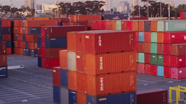 vídeos y material grabado en eventos de stock de drone flight past stacked shipping containers in port of long beach - long beach los ángeles