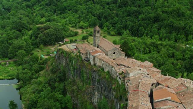 volo con droni oltre le case di pietra in cima alle scogliere a castellfollit de la roca - roca video stock e b–roll