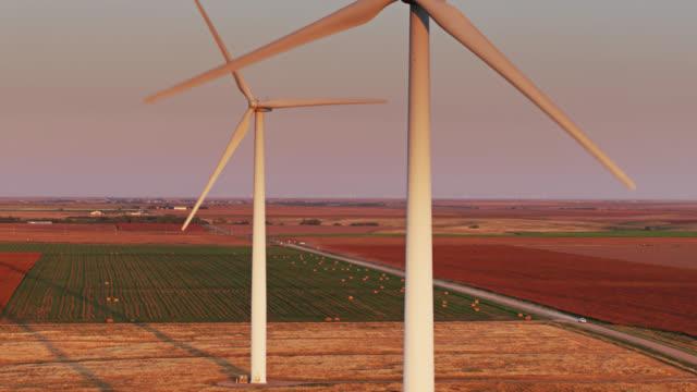 drohnenflug vorbei an windkraftanlagen auf kansas farmland bei sunrise - sustainable energy stock-videos und b-roll-filmmaterial