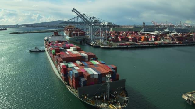 港に到着する貨物船から戻って引っ張るドローン飛行 - 船点の映像素材/bロール