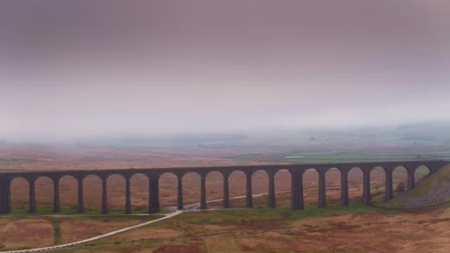 Drone vlucht terug te trekken uit Ribblehead Viaduct op mistige avond