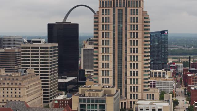 drone flight genom downtown st louis med gateway arch synlig mellan byggnader - jefferson national expansion memorial park bildbanksvideor och videomaterial från bakom kulisserna