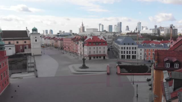 vidéos et rushes de drone flight towards a deserted castle square from the north-west in daytime in downtown warsaw during the corona/covid-19 shutdown/lockdown 2020 - antenne individuelle