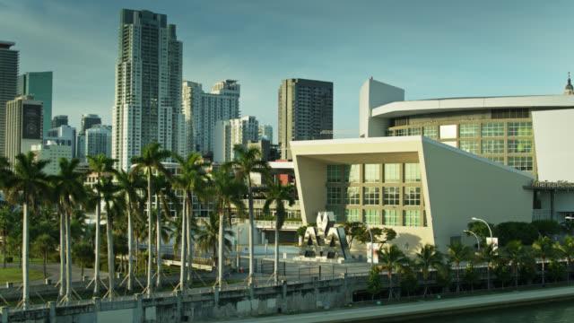 vídeos y material grabado en eventos de stock de drone flight towards aa arena in downtown miami - bahía de biscayne