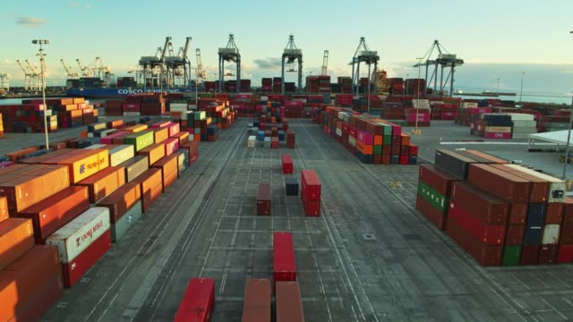stockvideo's en b-roll-footage met drone vlucht naar de haven in container terminal - haven