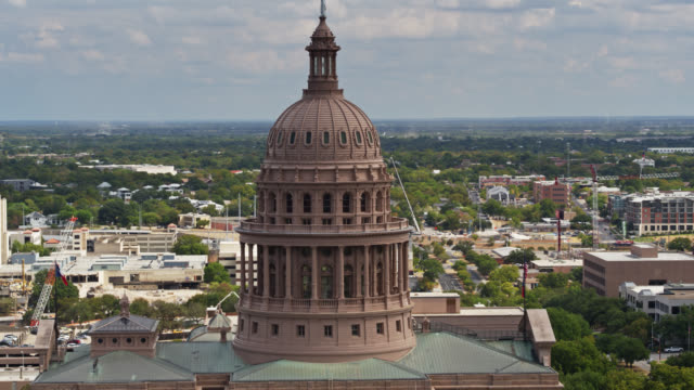 drone flight towards the texas state capitol building - texas state capitol building stock videos & royalty-free footage