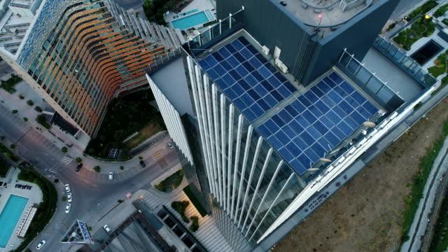 vídeos y material grabado en eventos de stock de drone flyiing top of skyscrapers to down in istanbul - zona financiera