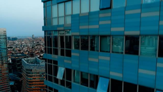 drohne fliegt in richtung glasfenster von wolkenkratzern wie ein aufzug - fahrstuhl stock-videos und b-roll-filmmaterial