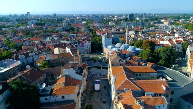 Drone vliegen boven centrum main street district van de stad van Plovdiv in Bulgarije