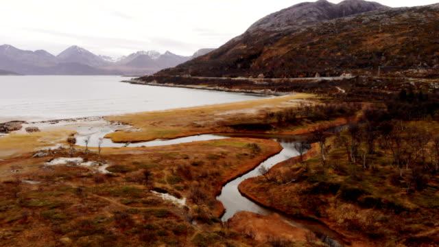 drohne fliegen über majestätische fjorde auf insel senja - nationalpark stock-videos und b-roll-filmmaterial