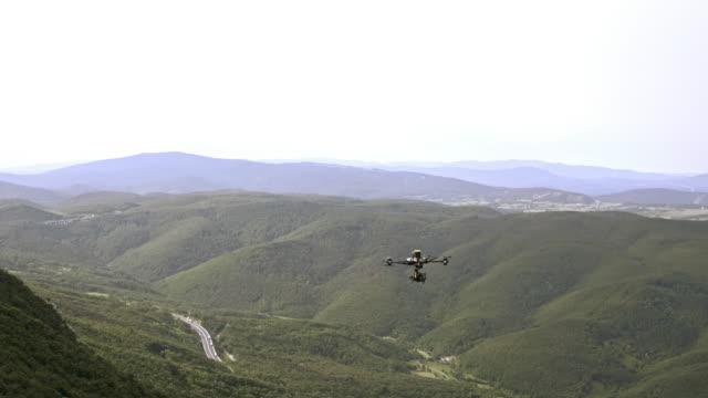 vídeos de stock, filmes e b-roll de drone voando ao longo da encosta - imagem em movimento