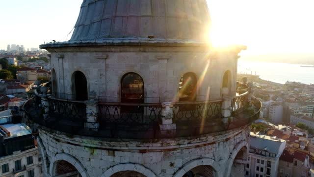 drohne fliegt um den galata-turm bei sunrise in istanbul - close-up shot - galataturm stock-videos und b-roll-filmmaterial