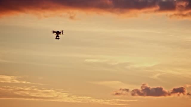 vídeos de stock, filmes e b-roll de drone voando ao pôr do sol - controle