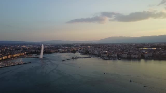 drone flying close up to jet d'eau geneva fountain - iconic landmark in geneva, switzerland - imbarcazione per passeggeri video stock e b–roll