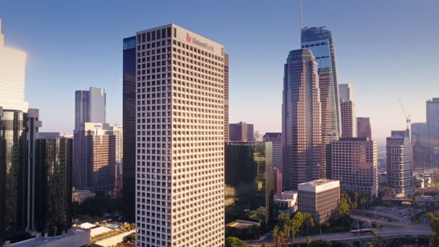 vídeos de stock, filmes e b-roll de drone flying down los angeles office buildings - inclinação para baixo