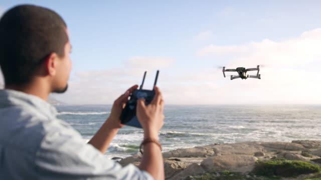 il divertimento del volo con i droni è alle stelle! - azionare video stock e b–roll