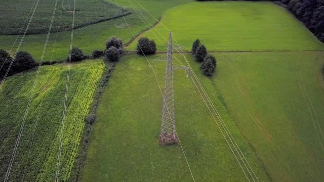 vídeos y material grabado en eventos de stock de drone volando en semicírculo alrededor de la torre de electricidad - multicóptero