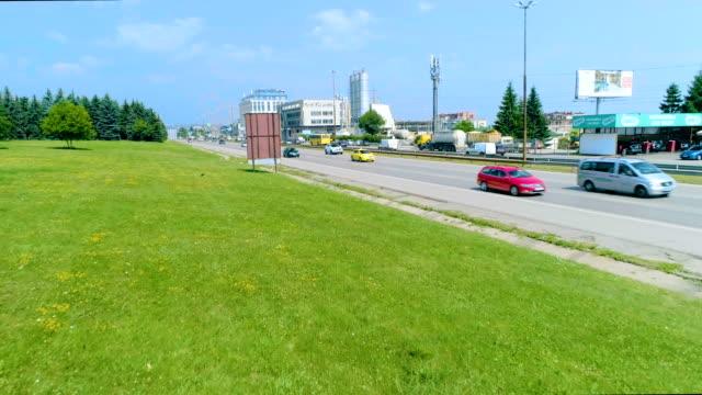 スローモーションで都市高速道路に近い低空飛行をドローンします。 - 低い点の映像素材/bロール