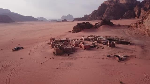 砂漠の村の上を飛ぶドローン - village点の映像素材/bロール