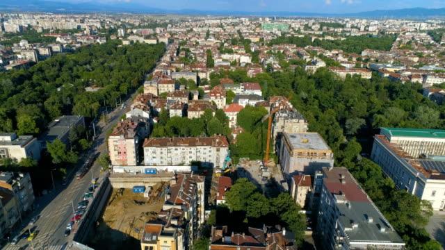 Drohne fliegt über Stadtzentrum in Sofia, Bulgarien