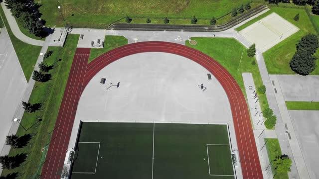 空のスポーツスタジアムの上空を飛ぶドローン - 球技場点の映像素材/bロール
