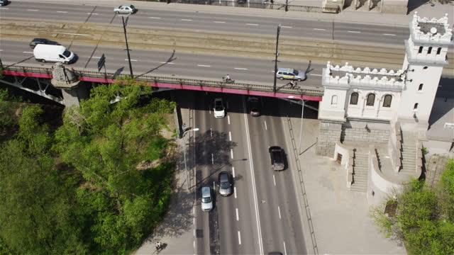 drone che sorvola le strade vuote di varsavia. giorno d'estate - tram video stock e b–roll