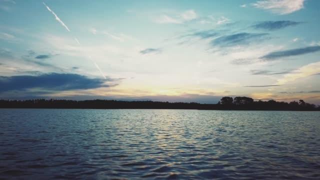 stockvideo's en b-roll-footage met drone vliegen over het meer - meer