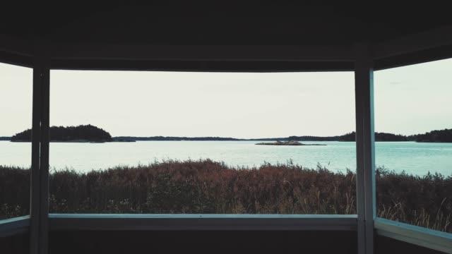 stockvideo's en b-roll-footage met drone vliegen over het meer - stilstaand water