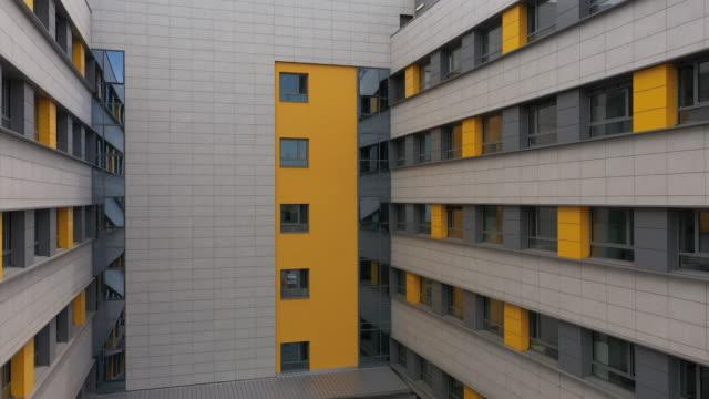 vídeos de stock, filmes e b-roll de drone voando sobre prédio residente - facade