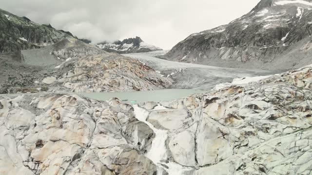 vídeos de stock, filmes e b-roll de drone voando sobre a geleira rhone - geologia
