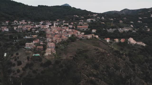 vidéos et rushes de drone volant au-dessus de la petite ville - colline