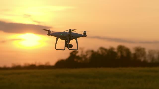 ls-drohne fliegt über das feld - unbemanntes luftfahrzeug stock-videos und b-roll-filmmaterial