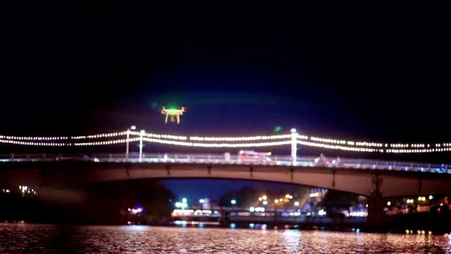 ドローン夜川の上を飛んでします。 - コントロール点の映像素材/bロール