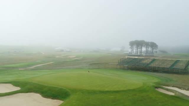 4k drone flying through foggy golf course | shinnecock - ゴルフのティー点の映像素材/bロール