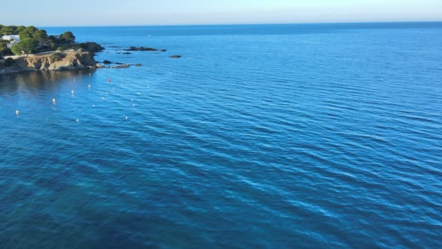 drone flying very fast over the water towards a canoe - mar bildbanksvideor och videomaterial från bakom kulisserna