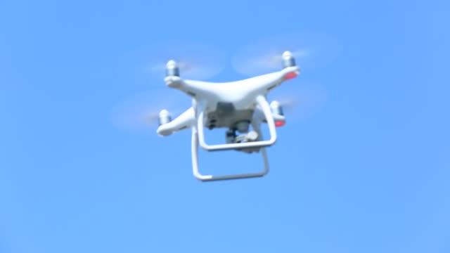 drone flying - dissolvenza in chiusura video stock e b–roll