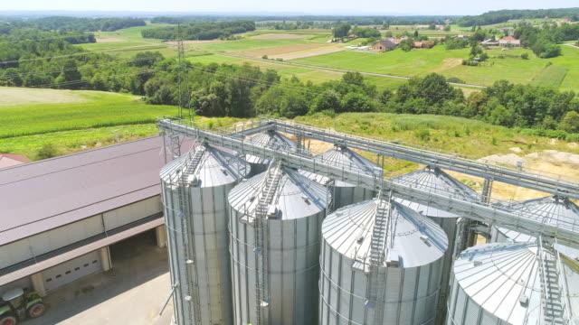 vidéos et rushes de survol de drone aérien de silos - silo