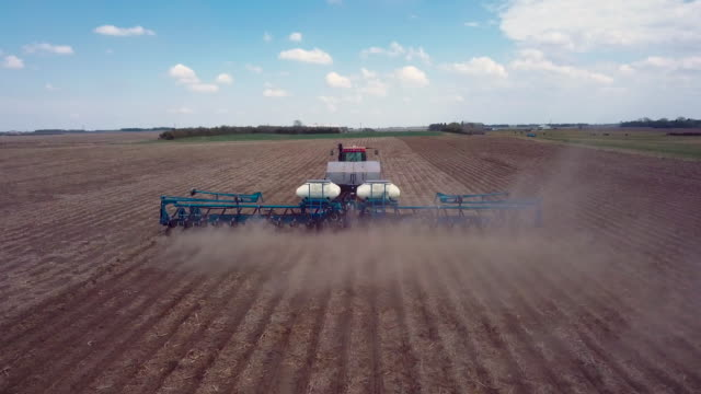 stockvideo's en b-roll-footage met drone na een planter - following moving activity