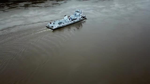 vídeos y material grabado en eventos de stock de a drone follows a boat on the ohio river in madison indiana - río ohio