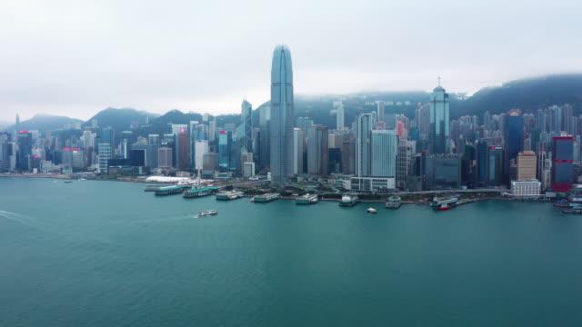 vídeos y material grabado en eventos de stock de vista aérea de imágenes de drones del distrito financiero de hong kong con rascacielos - pico victoria