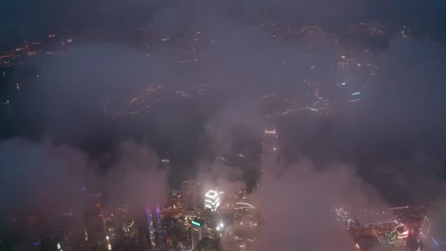vídeos y material grabado en eventos de stock de vista aérea de imágenes de drones del distrito financiero de hong kong con rascacielos por la noche - pico victoria
