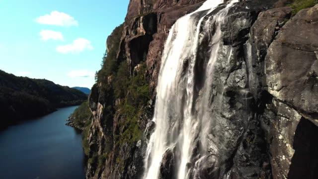 riprese di droni - brudesløret waterall, norvegia - cliff video stock e b–roll