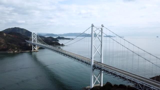 vidéos et rushes de images de drone d'un grand pont suspendu au japon - hiroshima prefecture